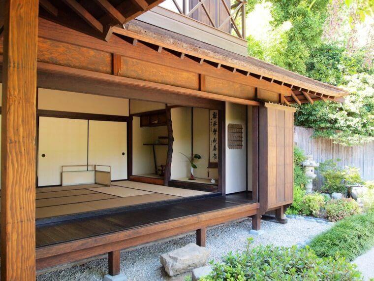 maison traditionnelle japonaise du japon et des fleurs. Black Bedroom Furniture Sets. Home Design Ideas